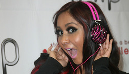 Snooki Does Celebrity Duty, Sells Headphones At CES