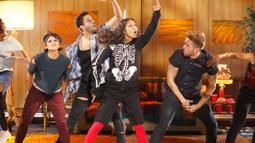 Zoe Saldana Performs Twenty One Pilots' 'Stressed Out'